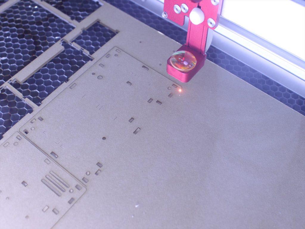 レーザーカッターで加工している写真です。